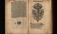 """Orzeł Biały z monogramem Zygmunta Augusta w: """"Statuta y przywileie koronne…"""", po 1570"""