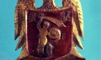 Orzełek Armii Krajowej z herbem Warszawy na piersi